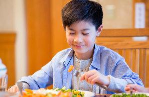 Дети пробуют любимую еду бабушек и дедушек